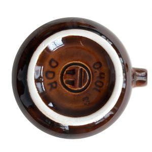 Unteransicht mit Punze und Stempel der kleinen hübschen braun glasierten Teekanne aus DDR Zeiten. Sie ist ein Fundstück aus Auerbachs Keller.